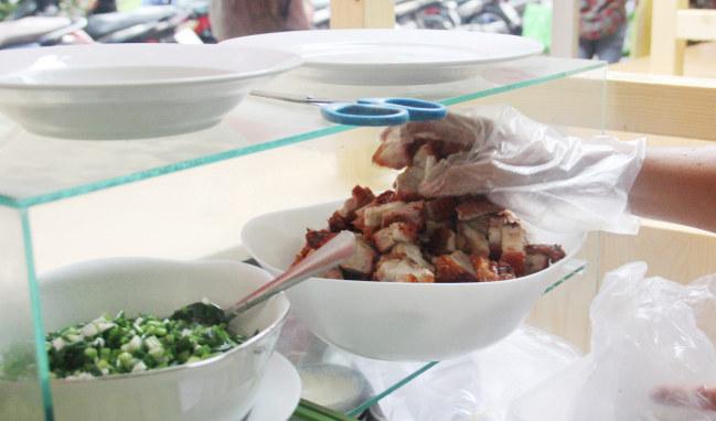 Thịt heo quay kết hợp với món bánh hỏi, được bán với giá 20.000 đồng ẢNH: AN HUY