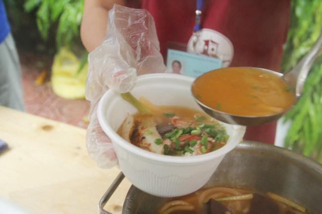 Bánh canh chả cá thơm lừng, giá 20.00 đồng/phần được nhiều thực khách lựa chọn sáng khai trương phố ẩm thực Bách Tùng DiệpẢNH: AN HUY