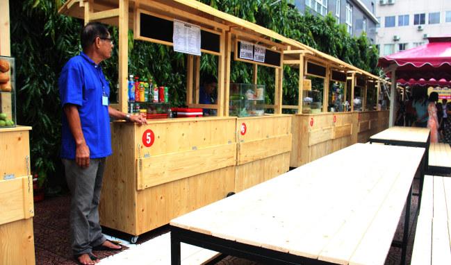 Không gian buôn bán ở khu phố ẩm thực CV Bách Tùng Diệp rộng và thông thoáng hơn phố ẩm thực vỉa hè Nguyễn Văn Chiêm rất nhiều