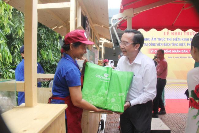 Ông Trần Thế Thuận tặng quà và thăm hỏi người dân