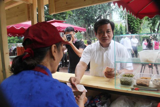 Ông Đoàn Ngọc Hải, Phó chủ tịch UBND Q.1 thăm hỏi và tặng quà cho người dân