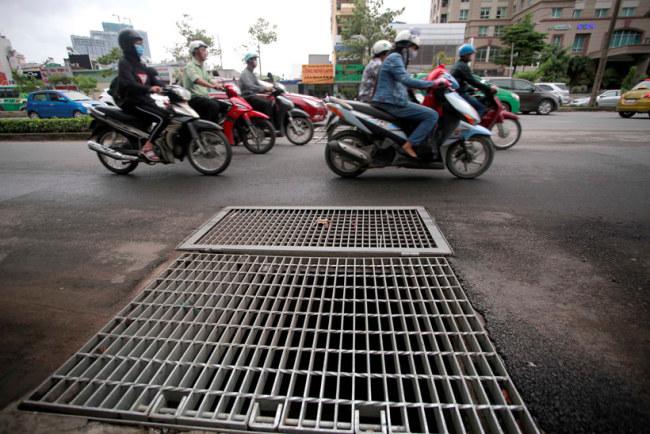 Đây là một trong những miệng cống thu nước ngập trên đường Nguyễn Hữu Cảnh về máy bơm và đổ ra sông Sài Gòn.