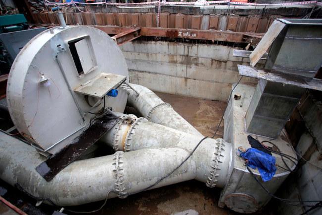 Nước ngập được hút về và xả đều qua ba đường ống trước khi đổ ra sông Sài Gòn. Tuy nhiên, chủ đầu tư cho biết, trường hợp đường ngập ít, công ty sẽ đóng van ống giữa lại và cho nước đi theo hai ống nước hai bên. Khi nước ngập nặng trên đường Nguyễn Hữu Cảnh, công ty sẽ mở van cho cả ba đường ống hoạt động hút nước công suất lớn