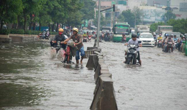 Đường Nguyễn Hữu Cảnh (đoạn chân cầu Thủ Thiêm - chân cầu Nguyễn Hữu Cảnh, P.19, Q.Bình thạnh) có cốt nền trũng thấp. Mỗi khi mưa lớn đổ xuống, đường này ngập sâu trong nước khiến xe máy, ô tô lưu thông qua khu vực thường xuyên bị chết máy. Sinh hoạt của người dân hai bên đường cũng đảo lộn vì nước tràn vào nhà. Công ty CP Tập đoàn công nghiệp Quang Trung đã đầu tư máy bơm thông minh sát mép sông Sài Gòn, có đường ống thép kết nối với hệ thống cống nước trên đường Nguyễn Hữu Cảnh.