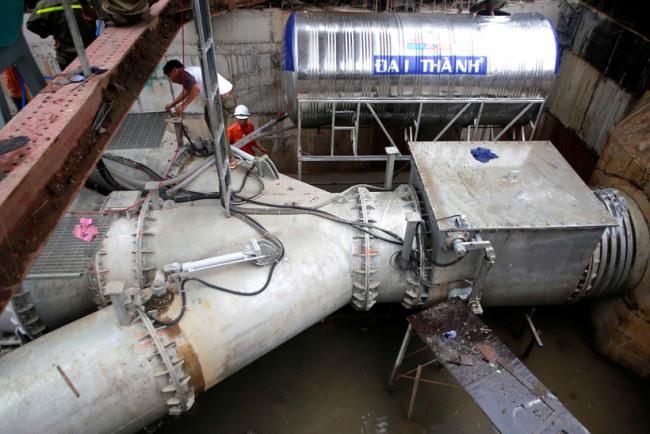 Nước ngập thu về sau khi qua hệ thống lọc rác, tiếp tục tụ lại một ống lớn nối liền sông Sài Gòn và xả nước.