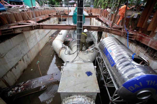 Bồn nước inox lớn là nơi chứa nước sạch. Khi máy bơm hoạt động, nước từ bồn inox theo đường ống chảy tuần hoàn vào máy bơm để làm mát động cơ.