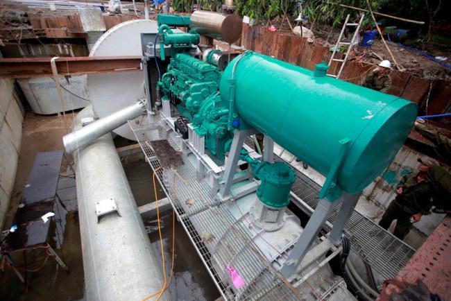 Bồn sắt màu xanh là nơi chứa nhiên liệu dầu diesel cho máy bơm hoạt động. Mỗi giờ bơm nước, máy tiêu thụ khoảng 150 lít dầu diesel.