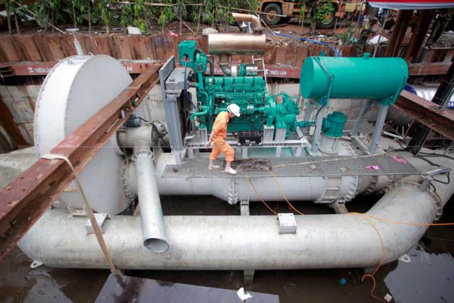 Tổng thể các bộ phận của máy bơm bao gồm ba đường ống thu nước; vòm sắt lớn hình tròn có chức năng lọc rác; đầu máy bơm công suất lớn gắn liền với bồn đựng dầu diesel.