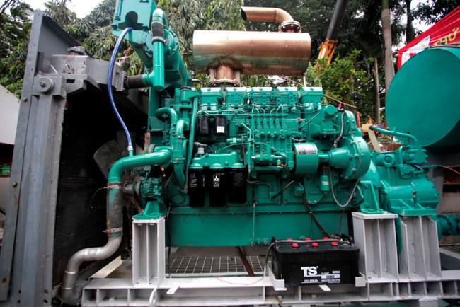 Đầu máy bơm công suất lớn có thể hút nước từ 27.000 - 96.000 mét khối/giờ lập tức nổ máy vận hành hút nước chống ngập đường Nguyễn Hữu Cảnh.