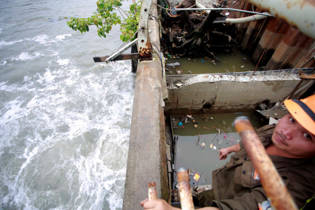 Nước ngập trên đường Nguyễn Hữu Cảnh được hút về qua hệ thống máy bơm và đổ ra sông Sài Gòn.
