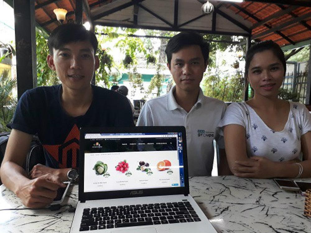 Các thành viên nhóm với sản phẩm sàn thương mại điện tử SharingFarming. Ảnh: Hà Thế An.