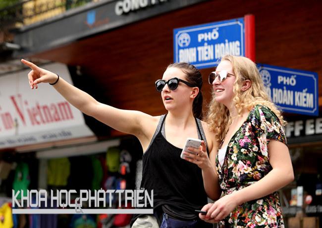 Hai nữ du khách New Zealand tự mình rong ruổi trên các miền đất ở Việt Nam trong suốt hai tuần và khám phá khu phố cổ Hà Nội nhờ thông tin chỉ dẫn trên điện thoại. Ảnh: Loan Lê