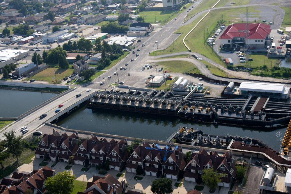 - Vùng New Orleans Metropolitan của Mỹ - nơi 35% diện tích dưới mực nước biển – có hệ thống đê, cửa ngăn lũ, trạm bơm dài hàng trăm dặm.