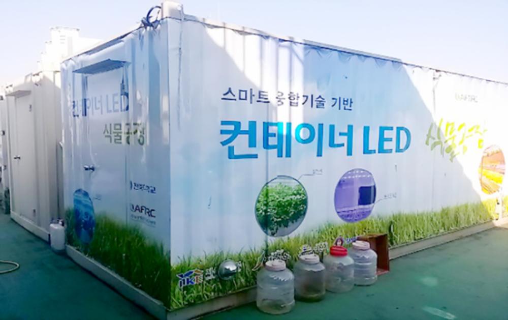 Các container tự động của Hàn Quốc (ảnh trái) chứa bên trong toàn bộ hoạt động sản xuất hạt giống (ảnh phải) hay giống cây trồng khép kín