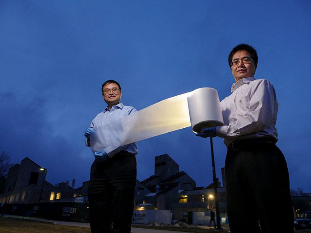 Tấm màng làm mát có thể được ép dưới dạng cuộn, cho phép sản xuất với số lượng lớn. Ảnh: CU-Boulder