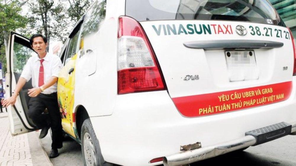 Taxi truyền thống dán biểu ngữ phản đối taxi công nghệgây chú ýdư luận những ngày qua. Ảnh:Cao Thăng