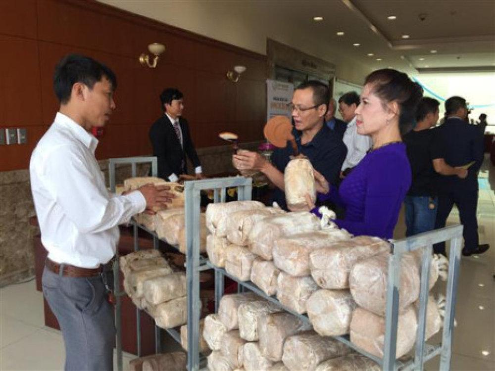Một số sản phẩm nông nghiệp công nghệ cao được giới thiệu bên lề hội nghị. Ảnh: N.Hiền