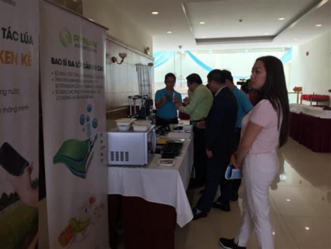 Các đại biểu tìm hiểu về công nghệ đóng gói sau thu hoạch được giới thiệu bên lề hội nghị. Ảnh: N.Hiền
