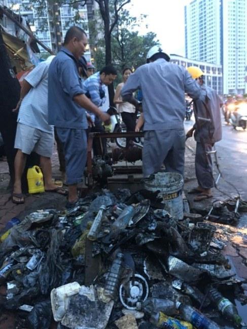 Rác được cho là nguyên nhân khiến máy bơm hoạt động nhưng đường vẫn ngập