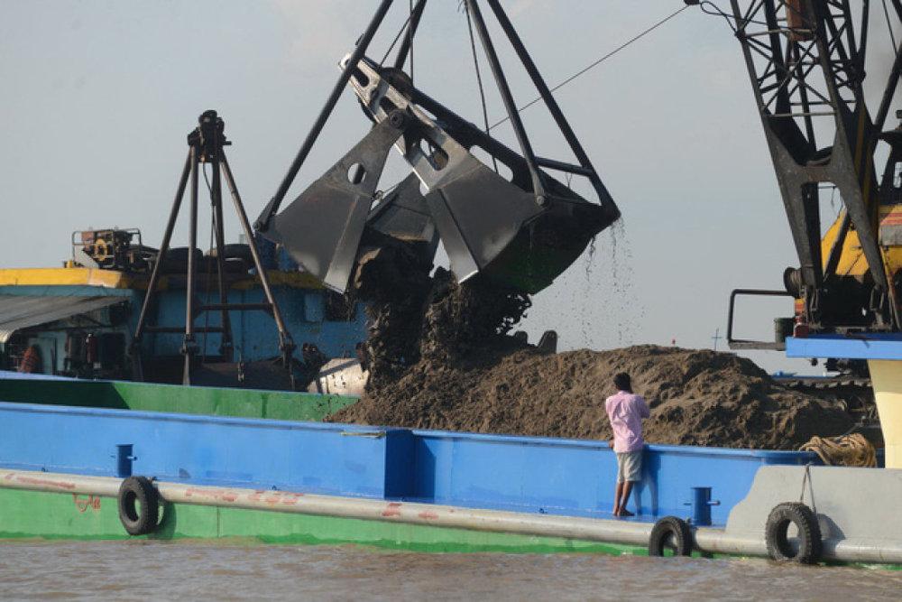 Cần phải sản xuất cát nhân tạo vì nguồn cát thiên nhiên ngày càng cạn kiệt. Trong ảnh: khai thác cát trên sông Tiền - Ảnh: QUANG ĐỊNH
