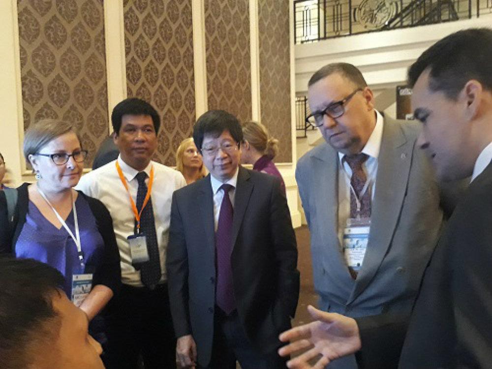 Ông Trần Quốc Khánh, Thứ trưởng Bộ Khoa học và Công nghệ (thứ 3 từ phải sang) tham quan và trò chuyện với các bạn trẻ khởi nghiệp tại gian hàng. Ảnh: Hà Thế An.
