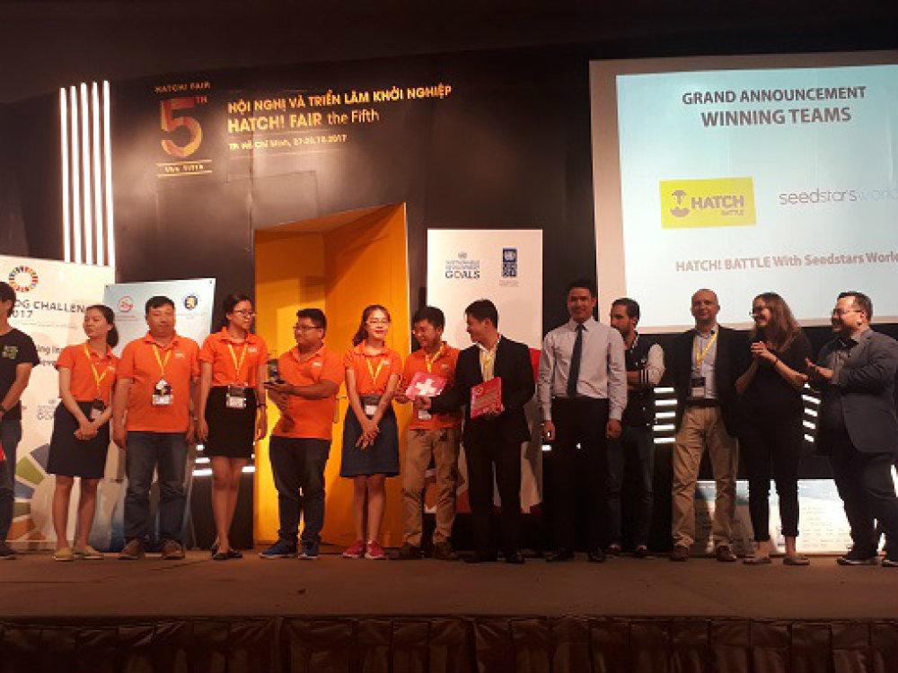Ông Phạm Tùng Lâm, đại diện Tạp chí Khám phá (thứ 5 từ phải sang) trao kỷ niệm chương WHISE cho nhóm dự án giành giải trong một cuộc thi. Ảnh: Hà Thế An.