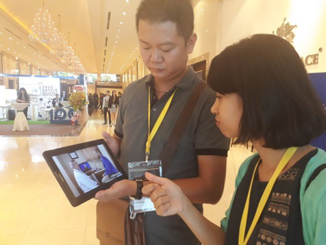 Thái Anh giới thiệu video dự án khởi nghiệp của mình cho Giang. Ảnh: Hà Thế An.