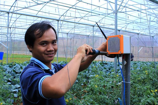 Kỹ thuật viên của MimosaTEK lắp đặt thiết bị tại trang trại trồng rau ở Đà Lạt. Ảnh: Lan Anh
