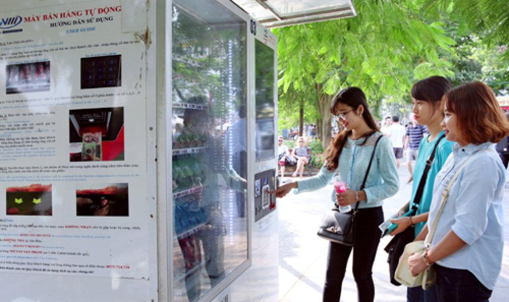 Máy bán hàng tự động xung quanh hồ Hoàn Kiếm đã trở nên quen thuộc với người dân. Ảnh: Bá Hoạt