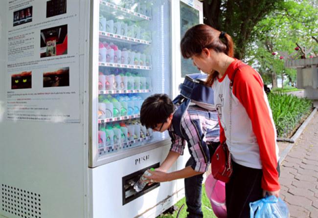Người dân mua hàng tại máy bán hàng tự động bên hồ Hoàn Kiếm. Ảnh: Bá Hoạt