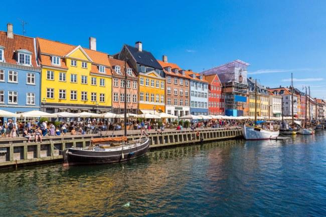 Copenhagen – Đan Mạch - Dẫn đầu bảng xếp hạng với hệ thống sinh thái khởi nghiệp lành mạnh, với số lượng điểm truy cập wifi khổng lồ và tỉ lệ tắc nghẽn giao thông rất thấp. Thành phố này đang đầu tư vào nguồn năng lượng sạch với mục tiêu trung hòa 100% lượng cacbon vào năm 2025.