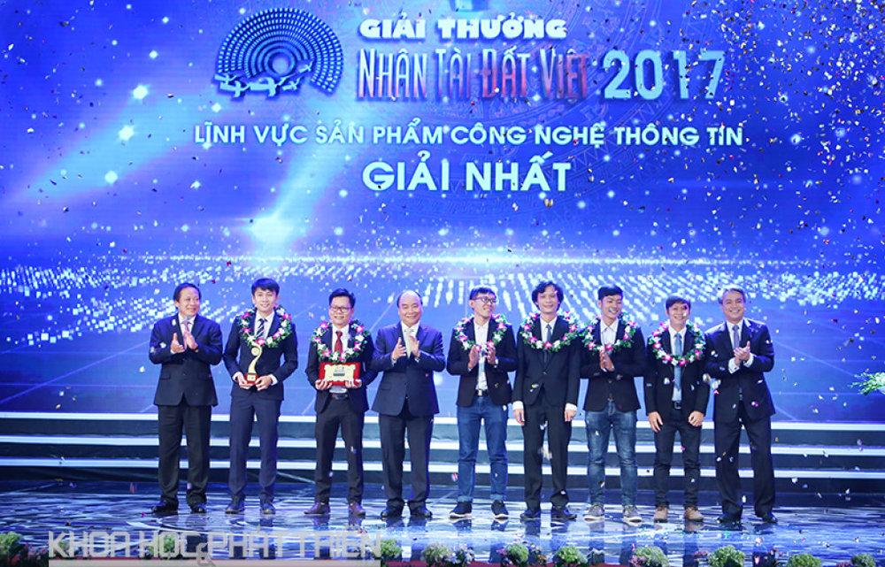 Thủ tướng Nguyễn Xuân Phúc (thứ tư từ trái qua), Bộ trưởng Bộ Thông tin và Truyền thôngTrương Minh Tuấn (ngoài cùng bên trái) và Chủ tịch hội đồng thành viên VNPT Trần Mạnh Hùng (ngoài cùng bên phải) trao giải Nhất lĩnh vực CNTT trị giá 100 triệu đồng.
