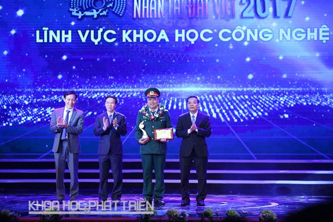Ông Võ Văn Thưởng - Ủy viên Bộ Chính trị, Bí thư Trung ương Đảng, Trưởng Ban Tuyên giáo Trung ương, ông Chu Ngọc Anh - Ủy viên Trung ương Đảng, Bộ trưởng Bộ Khoa học và Công nghệ, ông Đào Mạnh Kháng - Phó Chủ tịch HĐQT Ngân hàng ABBank trao giải thưởng trong lĩnh vực khoa học và công nghệ.