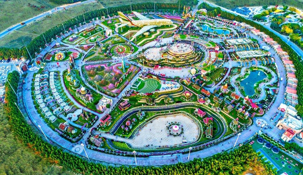 - Khu vườn rộng khoảng 72.000m2 với trên 60 triệu bông hoa, thu hút trên 1.5 triệu du khách tham quan mỗi năm.
