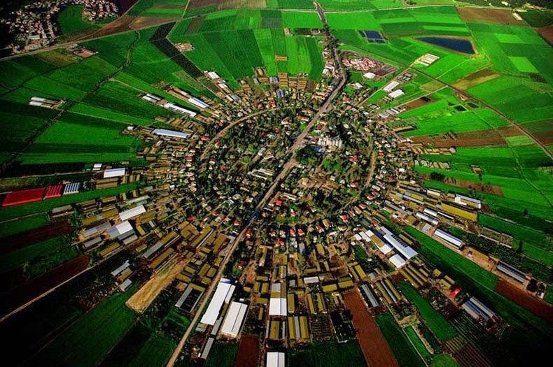 - Các làng Moshav là cộng đồng nông nghiệp Israel điển hình, thường bao gồm các trang trại tư nhân nhỏ tập trung gần nhau và được qui hoạch kết nối với nhau, tạo thành một vòng tròn khép kín và hiệu quả từ khâu nhân giống cho đến khâu tiêu thụ.