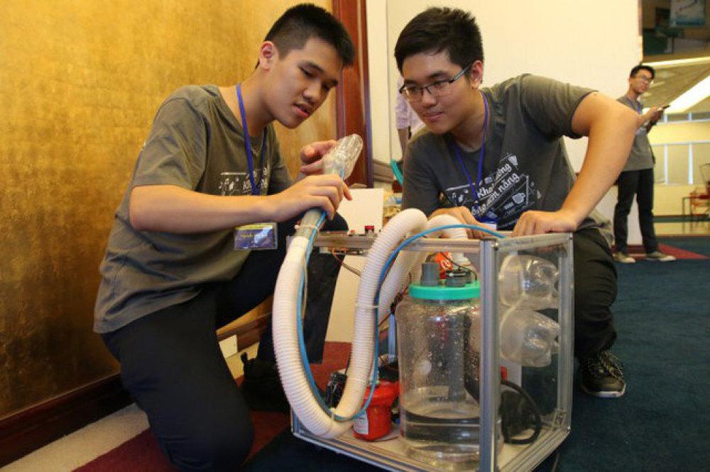 Ứng dụng kiến thức vật lý phổ thông, nhóm học sinh Hà Nội chế ra máy bắn phá và hút bụi trong các khe hẹp, bề mặt gồ ghề, đoạt giải nhất cuộc thi Thử thách sáng tạo trẻ 2017 - Ảnh: TƯỜNG HÂN