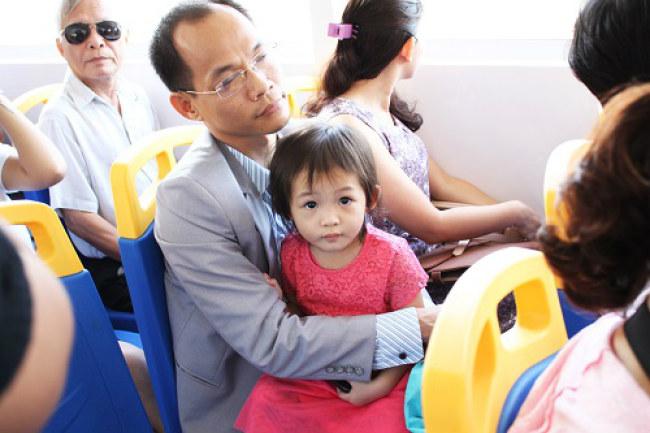 Người dân trải nghiệm tuyến buýt đường sông đầu tiên tại TP.HCM. Ảnh: Hạn Vũ.