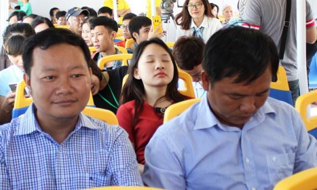 Một bạn trẻ tranh thủ chợp mắt trong chuyến đi đầu tiên trên sông Sài Gòn. Ảnh: Hạn Vũ.