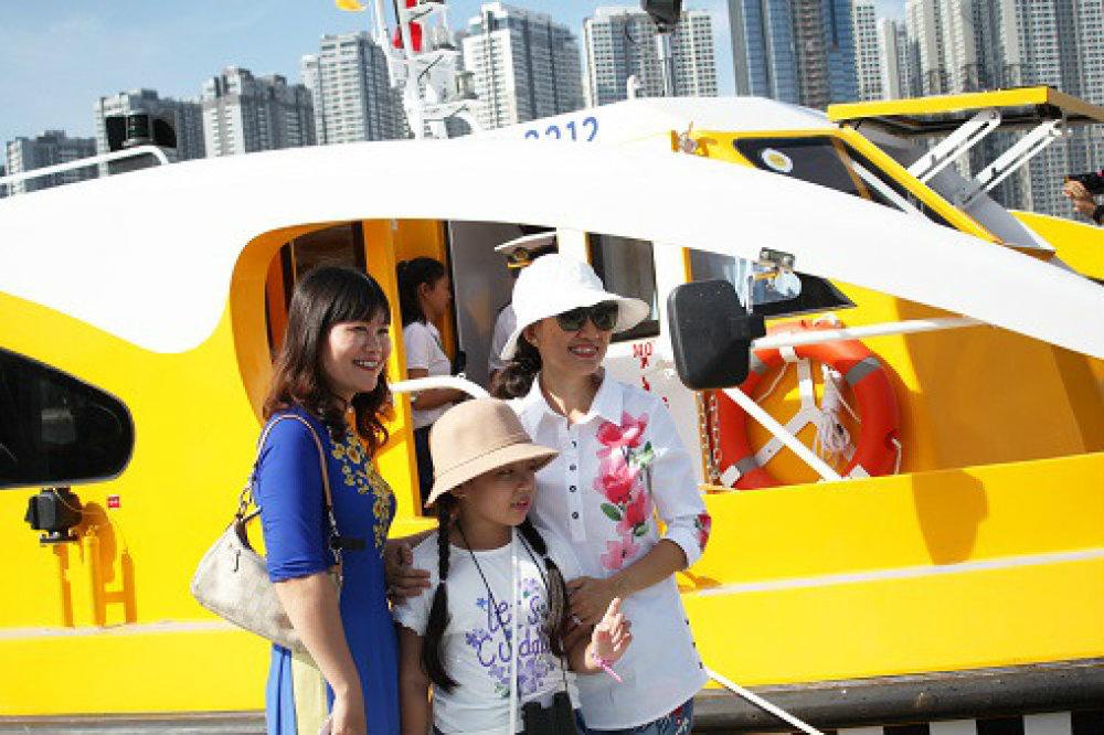 Người dân Sài Gòn thích thú khi được trải nghiệm buýt đường sông. Trong ảnh: Người dân chụp ảnh lưu niệm tại khu vực bến đón khách. Ảnh: Hạn Vũ.