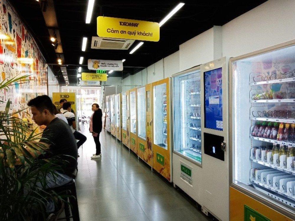 Cửa hàng gồm nhiều máy bán hàng tự động khác nhau. Hàng hóa được đặt trong các máy bán, với nhiệt độ điều chỉnh phù hợp.