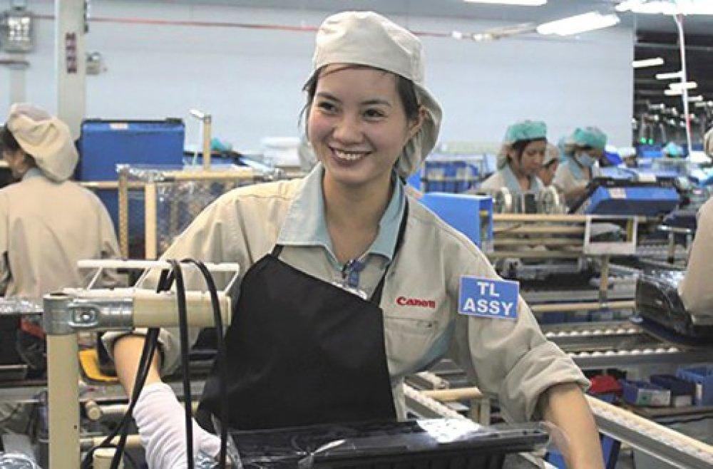 Báo cáo cũng cho biết, trong lĩnh vực điện tử, tăng trưởng và xuất khẩu chủ yếu là nhờ khu vực FDI. Ảnh: Công nhân tại Canon Việt Nam. Nguồn: Lao động.