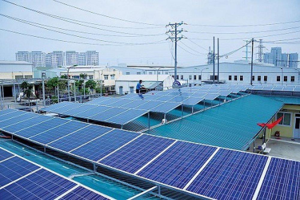 Hệ thống điện mặt trời lắp mái của Trung tâm Sữa chữa điện nóng Yên Nghĩa. (Nguồn: EVN)