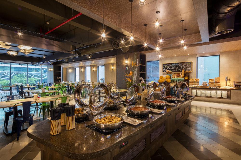 - Nhà hàng StrEATs phục vụ thực đơn a-la-carte và buffet, trong khi đó StrEATs Lobby Bar & Pool Bar với nhiều món ăn sáng tạo cùng bộ sưu tập cocktail đa dạng hứa hẹn sẽ là điểm đến cho cũng buổi gặp mặt bạn bè mỗi tối.