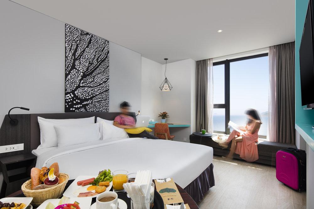 - Hệ thống cửa sổ kính từ sàn tới trần góp phần tăng tầm nhìn tuyệt đẹp ra bờ biển Nha Trang.