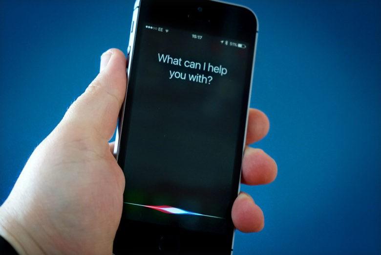 - Trên mặt trận tìm kiếm, mọi truy vấn thông qua Siri đều đến thẳng Google - vốn là bộ máy tìm kiếm mặc định trên các máy iPhone và iPad. Apple cũng không có nỗ lực nào để gia nhập sân chơi bán lẻ, nên Siri một ngày nào đó có thể cho phép bạn mua hàng ở cả Amazon và Google.