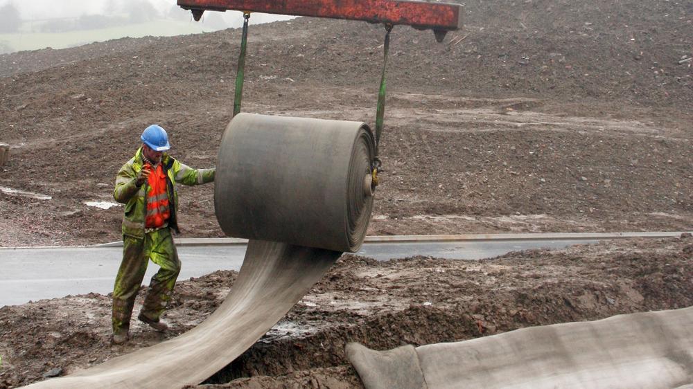 - Một dự án thú vị nữa được ứng dụng bê tông vải cuộn đó là dự án bảo vệ sườn dốc tại Colombia. Ban đầu, những tấm bê tông vải cuộn tròn sẽ được trải dọc theo sườn dốc từ trên xuống sau đó cố định lại bằng ốc vít lớn.