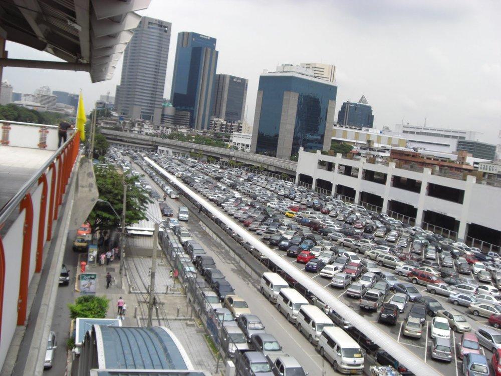 - Đây là khái niệm về bãi xe thường đặt ở ngoại vi, gần các trạm xe buýt, nhà ga, tàu điện ngầm… để người dân có thể gửi xe mình tại đây và sử dụng các phương tiện công cộng đi vào trung tâm thành phố.