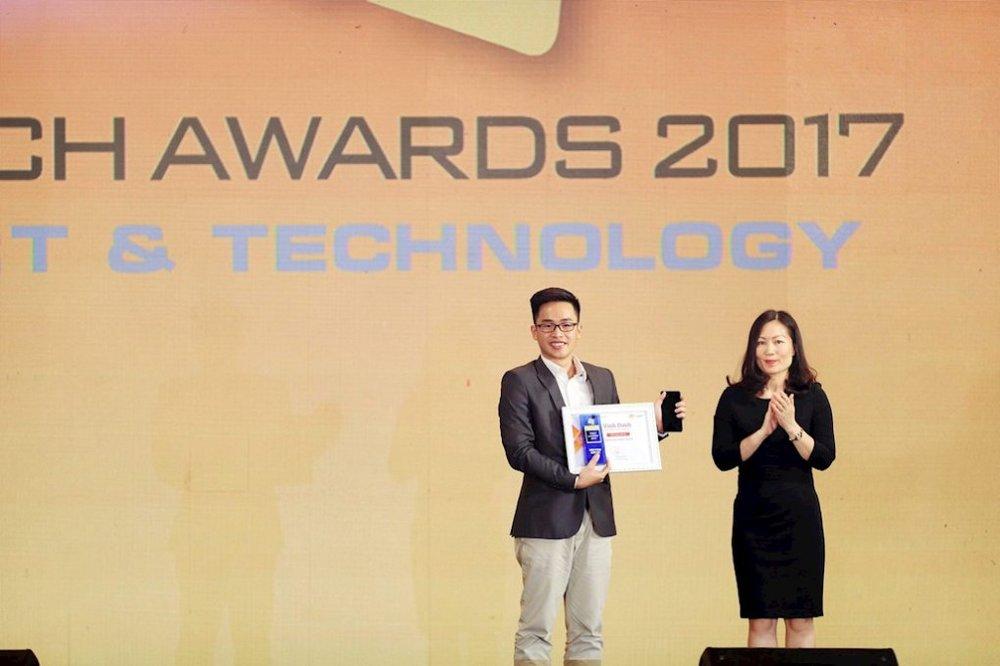 Đại diện Samsung nhận giải chiếc điện thoại xuất sắc nhất của năm
