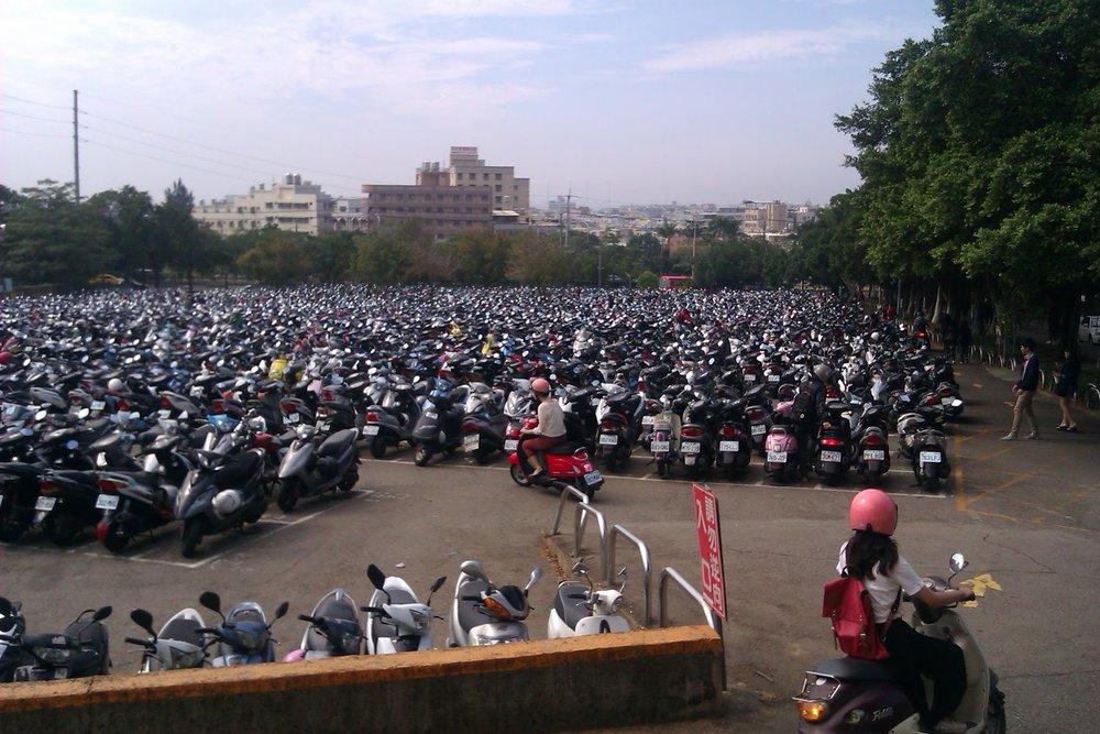 - Để quản lý xe máy, chính quyền quy định chỗ đỗ xe rất rõ ràng trên vỉa hè hoặc sát mép đường.