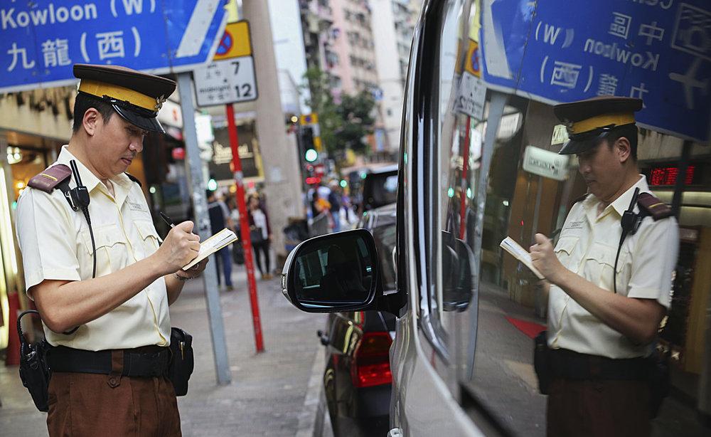 - Nhờ sức mạnh của công nghệ như camera được lắp đặt trên đường, các xe máy vi phạm luật, đi sai làn, đỗ xe sai chỗ sẽ được chụp lại biển số, biên lai nộp phạt sẽ nhanh chóng được gửi đến chủ xe trong vòng 3 ngày. Sau 10 ngày, số tiền phạt sẽ tăng dần lên, và sau 1 năm kể từ ngày thông báo, nếu chủ xe không nộp phạt thì xe máy sẽ bị tịch thu.
